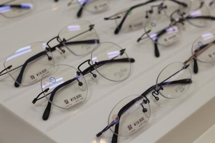 """「誰にでも似合うメガネ」幅1ミリ単位で加工""""メガネのマエストロ""""が、あなたの1本をチョイス!"""