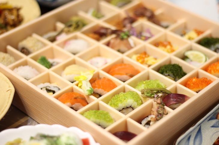 お花見の季節にぴったりの「ほめられお持たせ」が期間限定で登場!まるで宝石箱のようにキラキラ輝くひとくちロール寿司