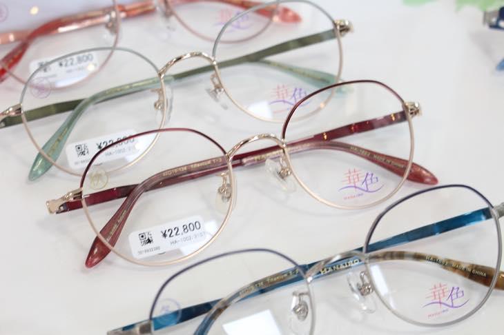 【メガネ選びに悩む女性必見!】あなたのパーソナルカラーからわかる、似合うメガネとおしゃれの法則