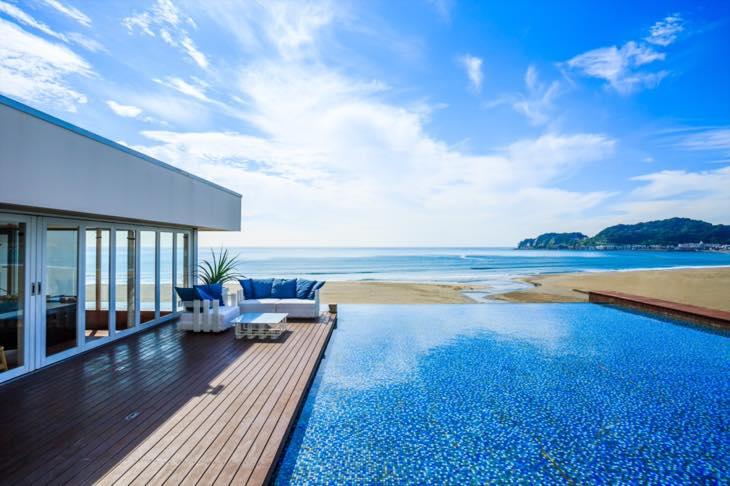 一面ガラス張りの海に面した「鎌倉で最も海が近い」絶景レストラン【夏季限定オープン】